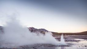 De geisers van Gr Tatio, dichtbij San Pedro de Atacama - Chili Gr Tatio is een geisergebied in de Bergen van de Andes van noordel stock fotografie