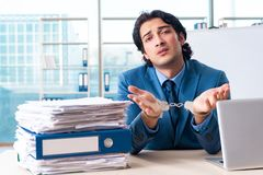 De geketende mannelijke werknemer ongelukkig met het bovenmatige werk stock foto