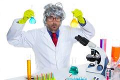 De gekke dwaze mens van de nerdwetenschapper op chemisch laboratorium stock fotografie