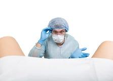 De gekke gynaecoloog onderzoekt een patiënt de gekke verschillende emoties van de artsenuitdrukking en maakt verschillende hand&  Royalty-vrije Stock Foto