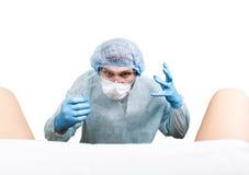 De gekke gynaecoloog onderzoekt een patiënt de gekke verschillende emoties van de artsenuitdrukking en maakt verschillende hand&  Stock Afbeelding