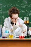 De gekke professor denkt over het resultaat van het experiment stock foto