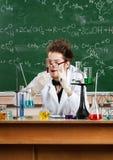 De gekke professor doet het experiment royalty-vrije stock afbeelding