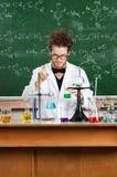De gekke professorswerken bij zijn laboratorium Royalty-vrije Stock Foto