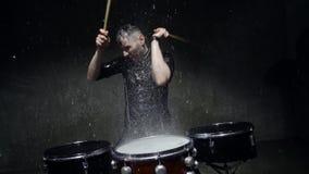 De gekke slagwerker van de fotospruit in de regen stock footage