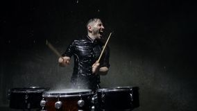 De gekke slagwerker van de fotospruit in de regen stock videobeelden