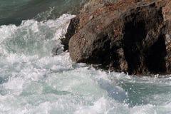 De gekke stroomversnelling van de rotscluster Stock Fotografie