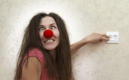 De gekke vrouw denkt zij een gloeilamp is Stock Afbeeldingen