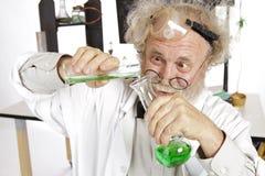 De gekke wetenschapper leidt chemieexperiment stock fotografie