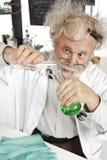 De gekke wetenschapper leidt chemieexperiment royalty-vrije stock foto's