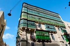 De gekleurde balkons zijn een traditioneel symbool van Valletta Stock Foto's