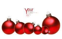 De gekleurde ballen van het Kerstmisglas die op wit worden geïsoleerdr Stock Foto