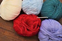 De gekleurde ballen van de kleding van de wolkleding werken met de hand gemaakt kleuren rood wit blauw stock foto
