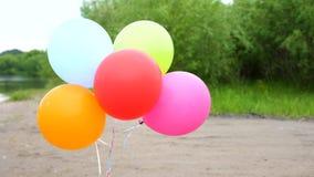 De gekleurde ballons ontwikkelen zich in openlucht vakantie stock videobeelden