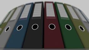 De gekleurde bureaubindmiddelen, lage hoek schoten wijd, ondiepe nadruk 4K naadloze loopable animatie stock videobeelden