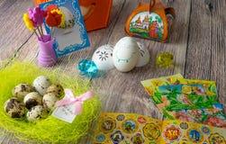 De gekleurde decoratie van de paaseierenlijst met engel Stock Foto's