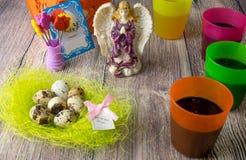De gekleurde decoratie van de paaseierenlijst met engel Royalty-vrije Stock Foto's