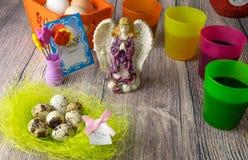 De gekleurde decoratie van de paaseierenlijst met engel Royalty-vrije Stock Fotografie
