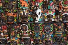 De gekleurde houten maskers bij een herinnering bevinden zich in Chichen Itza, Yucatan, Mexico stock afbeelding