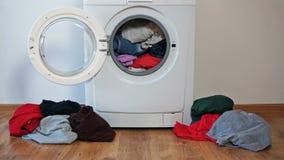 De gekleurde kleding van de wasserijwasmachine wassen stock footage