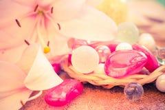 De gekleurde lelie van het kuuroordconcept zen stenen Stock Foto