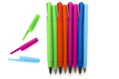 De gekleurde pennen isoleerden wit Stock Fotografie