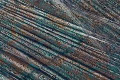 De gekleurde plastic textuur van een stuk van verfrommeld oud cellofaan met water daalt royalty-vrije stock afbeeldingen