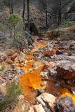 De gekleurde rivier van Rio Tinto sinaasappel dichtbij Nerva in Spanje stock afbeeldingen