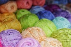 De gekleurde strengen van garen schikten in mooie multi-colored rijen, garen voor het breien wol, acryl royalty-vrije stock fotografie