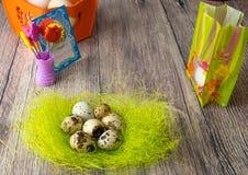 De gekleurde verschillende decoratie van de paaseierenlijst met prentbriefkaar Stock Foto's