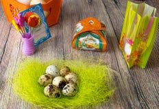 De gekleurde verschillende decoratie van de paaseierenlijst met prentbriefkaar ` Gelukkige Pasen ` Stock Afbeelding