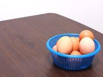 De gekookte eieren werden geplaatst in de blauwe mand - gebroken wat Stock Foto