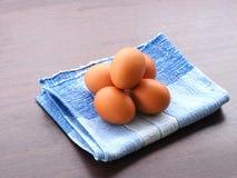 De gekookte eieren werden geplaatst op het blauwe tafelkleed Stock Foto