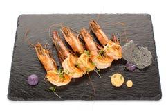 De gekookte garnalen dienden aan boord op Geïsoleerde lei Stock Foto