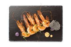De gekookte garnalen dienden aan boord op Geïsoleerde lei Royalty-vrije Stock Afbeelding