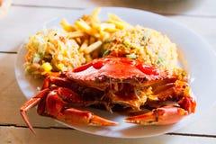 De gekookte krab op witte plaat diende met stijging en frieten op houten lijst, hoogste mening Het concept van zeevruchten Select stock foto's