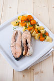 De gekookte lapjes vlees van de zalm met damp veggies Royalty-vrije Stock Foto's