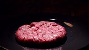 De gekookte niet dalingen van de vleeskotelet in de pan Voorraadlengte De dalingen van het hamburgerpasteitje op de pan voor het  stock video