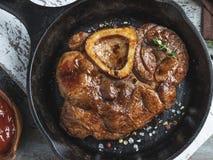 De gekookte Osso-steel van het bucokalfsvlees in de pan, close-up stock afbeeldingen