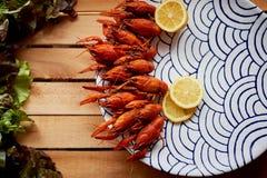 De gekookte rivierkreeften zijn op de schotel met interessant ornament Verse salade Voedzaam en heerlijk diner Stock Afbeeldingen