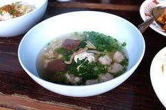 De gekookte soep van het varkensvleesbloed met gemengde groenten stock fotografie
