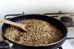 De gekookte zaden op de pan stock afbeeldingen