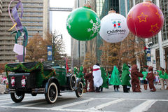 De gekostumeerde Mensen verzamelen zich bij Begin van Kerstmisparade stock fotografie