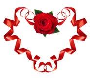 De gekrulde rode zijdelinten in een hert vormen met roze bloem voor Val Stock Afbeeldingen