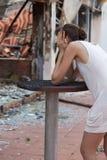 De gekwetste vrouw en het uit:branden huisvesten Royalty-vrije Stock Foto's