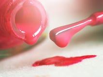 De gel de vernis à ongles fin rose ainsi Images stock
