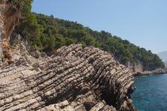 De gelaagde bergen van Montenegro zijn samengestelde afzettingsgesteenten Stock Afbeeldingen
