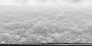 De gelaagde sneeuw die zich bij het venster, textuur bevinden, sluit omhoog Royalty-vrije Stock Fotografie