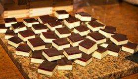 De gelaagde zoete chocoladebakkerij behandelt Royalty-vrije Stock Afbeelding