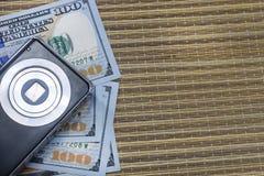 de gelddollars en een camera liggen samen op een strandsprei; Stock Foto's
